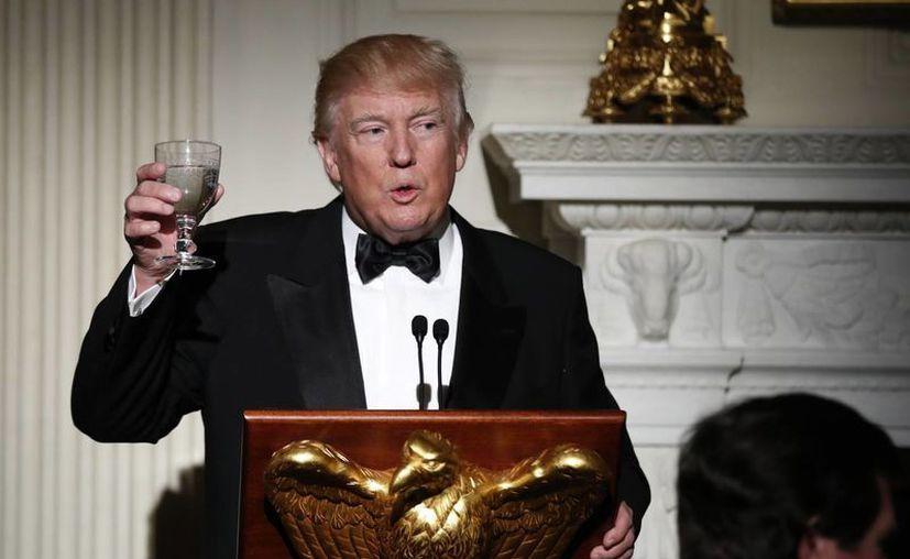 Trump asegura que la primera enmienda constitucional le da el derecho de criticar las noticias falsas 'y de manera fuerte'. (AP/Manuel Balce Ceneta)