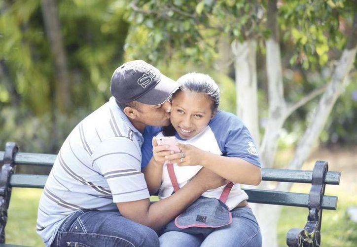 Emoticones, mensajes o estados en perfiles mal interpretados forman parte de algunos problemas de pareja y relaciones personajes en la era digital en Yucatán. (Milenio Novedades)