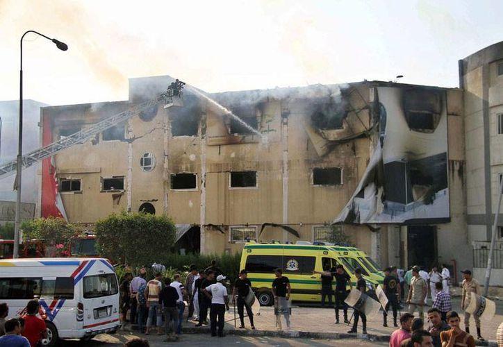 Un incendio en una fábrica de muebles dejó saldo de preliminar de 19 muertos y 22 heridos. (EFE)