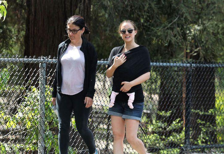 La actriz reaparece con su bebé. (Foto: The Grosby Group)