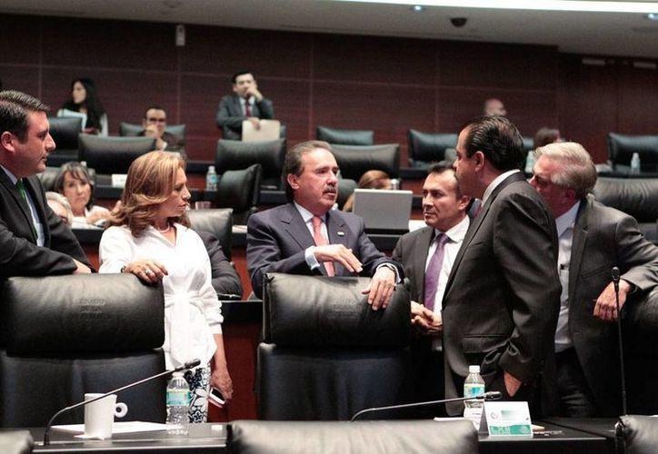 Senadores dieron ayer el último paso para abrir totalmente Petróleos Mexicanos (Pemex) y Comisión Federal de Electricidad (CFE) a la inversión extranjera. La imagen muestra a algunos senadores durante un receso. (Notimex)
