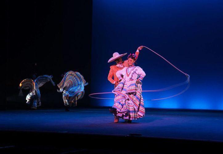 Este sábado se cumplen 98 años del natalicio de la bailarina y coreógrafa Amalia Hernández. En la foto, el Ballet Folklórico de Amalia Hernández en una presentación en Londres. (Notimex)