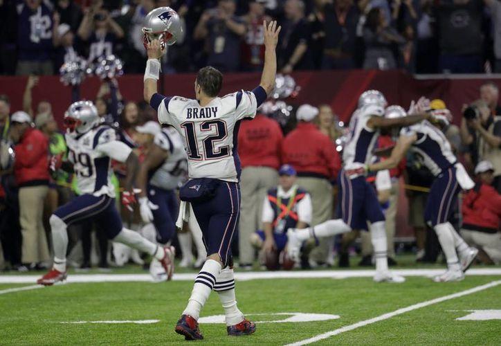 Tom Brady y los Patriotas logran un gran regreso para derrotar 34-28 a los Halcones de Atlanta, en el Super Bowl 51.(AP)