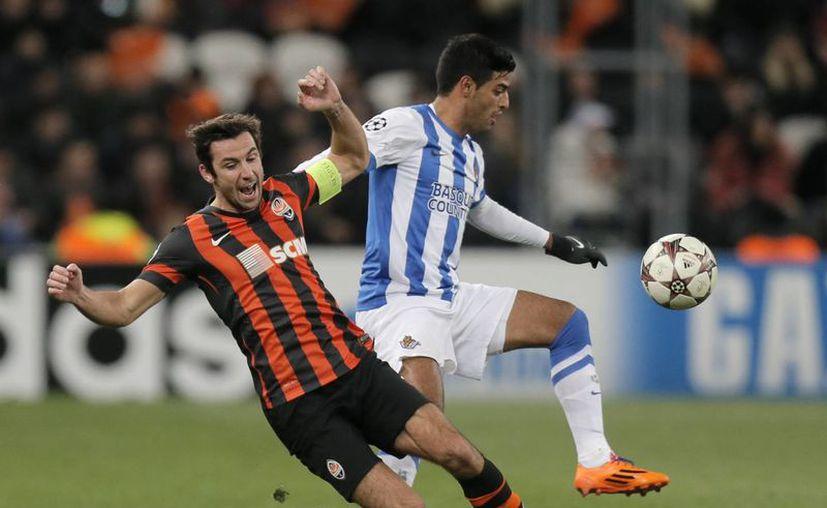 Carlos Vela (d) y Darjo Srna disputan el esférico en un duelo que se inclinó a favor del Shaktar sobre Real Sociedad. (Agencias)