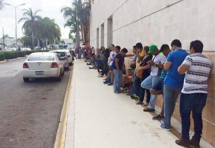 Cientos de aficionados esperan para comprar boletos para el encuentro Venados-América. (Marco Moreno/Milenio Novedades)