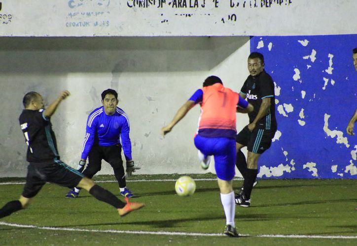 El Deportivo UNE extendió su racha ganadora en la Liga de Fútbol Rápido de Veteranos, al derrotar al Real Misil con marcador de 7 – 4. (Miguel Maldonado/SIPSE)
