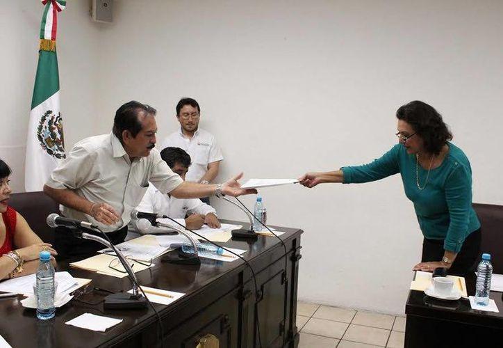 La diputada panista Sofía Castro Romero entrega las preguntas de su bancada para la Auditoría Superior del Estado de Yucatán. (SIPSE)