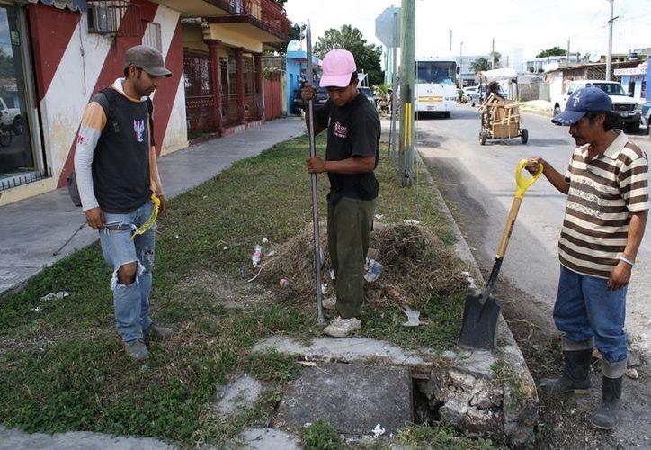 Personal de Servicios Públicos Municipales haciendo limpieza en los pozos de absorción; constantemente realizan trabajos en las colonias. (Juan Palma/SIPSE)