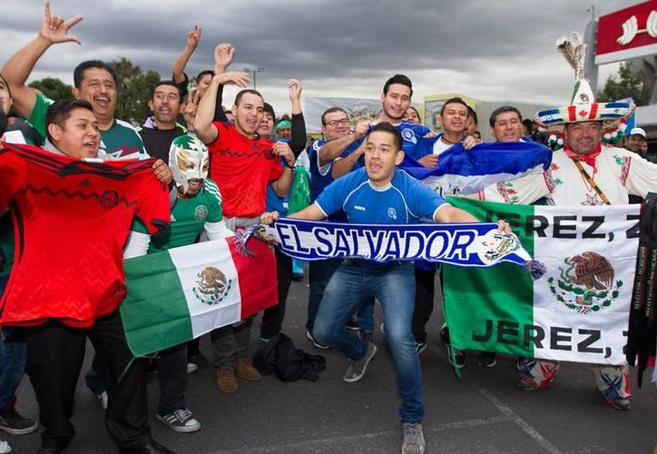 La FIFA sancionó a la Federación Mexicana de Futbol (FMF) por los gritos homófobos contra la Selección de El Salvador. La imagen, de la afición afuera del estadio Azteca, está utilizada sólo con fines ilustrativos. (NTX/Archivo)