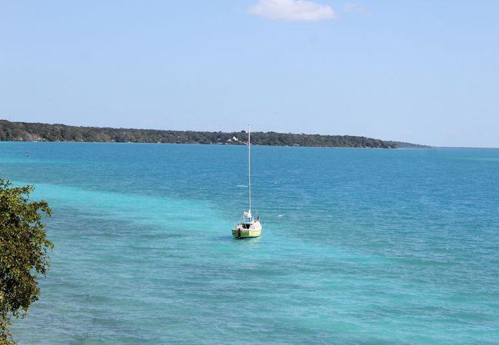 La capital está rodeada por un paisaje lacustre en la zona de Bacalar con su Laguna de los 7 colores. (Joel Zamora/SIPSE)