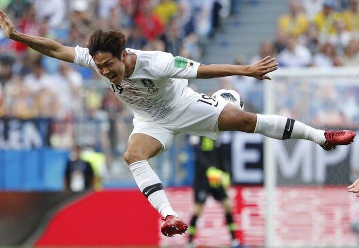 Vaya recibimiento de la Selección Coreana a huevazos, tras conseguir su resultado más importante en Mundiales, pues ganó 2-0 a la vigente campeona Alemania (Foto AP)