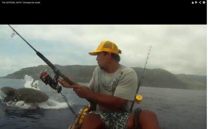El pescador tuvo suerte de que el tiburón ya tenía la mira en otra presa. (Captura de pantalla de The OFFICIAL AHTV: Chompy the shark)