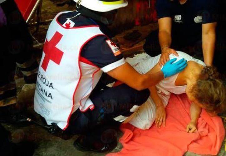 Paramédicos de la Cruz Roja atendieron y trasladaron a la mujer a un hospital privado. (mimorelia.com)