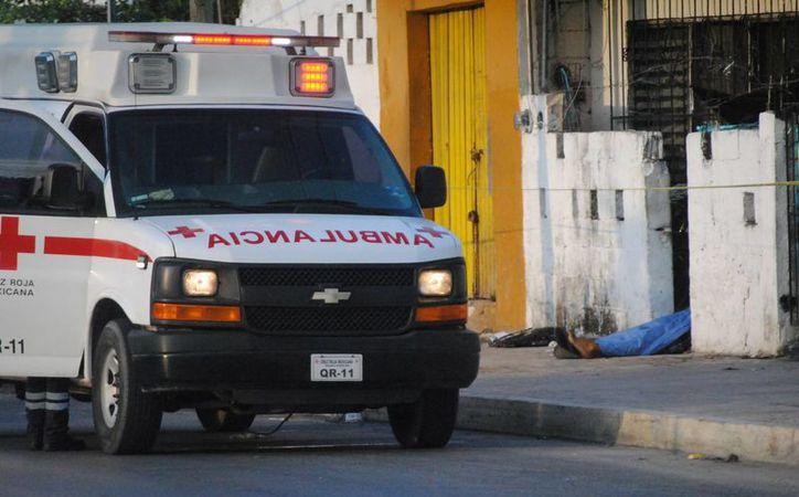 El personal de la Cruz Roja aplica los protocolos de seguridad cuando les reportan heridos por arma de fuego. (Eric Galindo/SIPSE)
