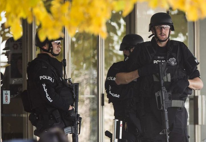 Un maestro afirmó que las recientes masacres en EU son una farsa diseñada por el Gobierno para impulsar el apoyo al control de armas. Imagen de archivo de la policía armada en la entrada de Brookfield Square Mall, cerca de donde se suscitó un tiroteo. (AP Photo / Tom Lynn, Archivo)