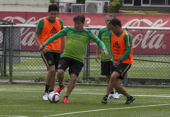 'El Piojo' Herrera (c), quien en la foto aparece durante un entrenamiento con la Selección Mexicana en Chile, despotricó contra el arbitraje tras la eliinación de Copa América. (Notimex)