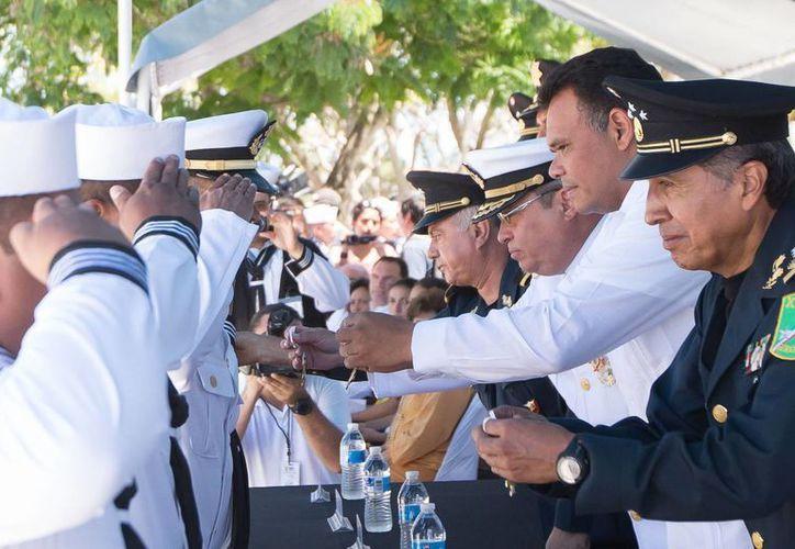El gobernador de Yucatán, Rolando Zapata Bello, entregó este lunes condecoraciones a navales, en la ceremonia para recordar el centenario de la Gesta Heroica de Veracruz. (SIPSE)