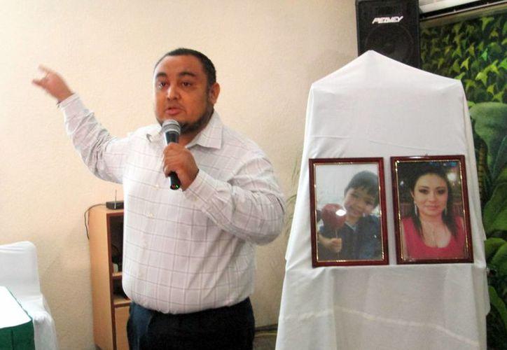 Geani Javier Rivera Poveda, padre y viudo de las fallecidas oriundas de Campeche, en rueda de prensa donde expresó su descontento por la forma en que se lleva el caso. (Milenio Novedades)
