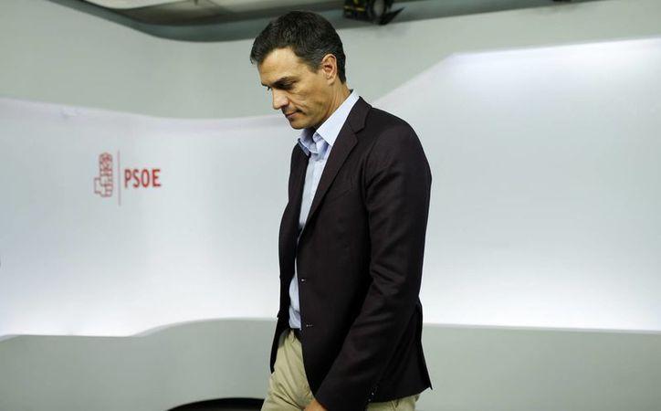 Con la renuncia de Pedro Sánchez, parece más fácil el camino de Mariano Rajoy a la investidura presidencial con el voto de abstención del PSOE. (AP//Francisco Seco)
