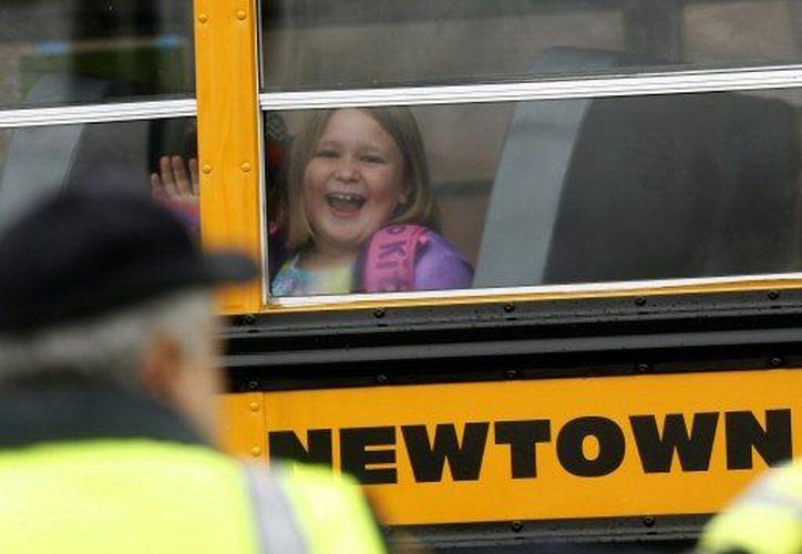 Algunos niños se mostraron sonrientes ante la gran cantidad de medios de comunicación. (Agencias)