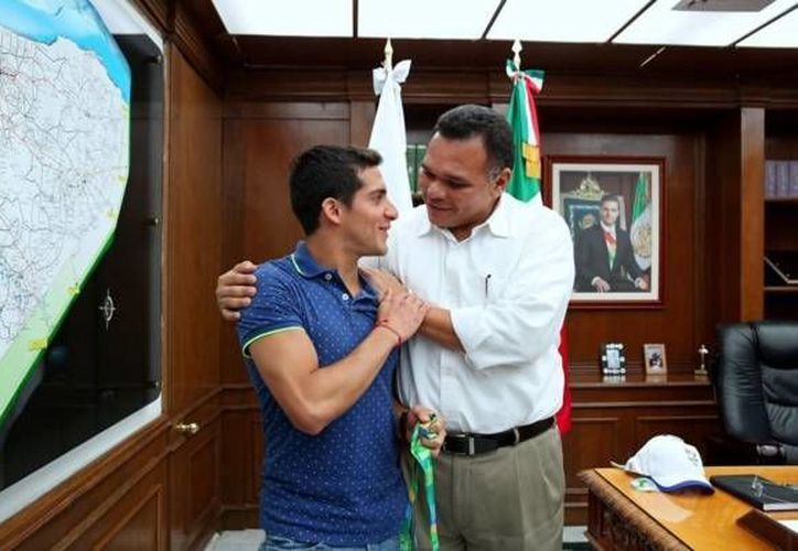 Rommel Pacheco y Rolando Zapata Bello tuvieron un encuentro en el que platicaron sobre temas del deporte local y los planes a futuro del campeón mundial. (Twitter: @RolandoZapataB)
