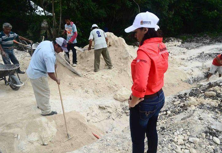 La directora general de la CAPA, Paula González Cetina, realizó un recorrido por  Sabidos, Cacao y Javier Rojo Gómez, para supervisar los trabajos. (Redacción/SIPSE)