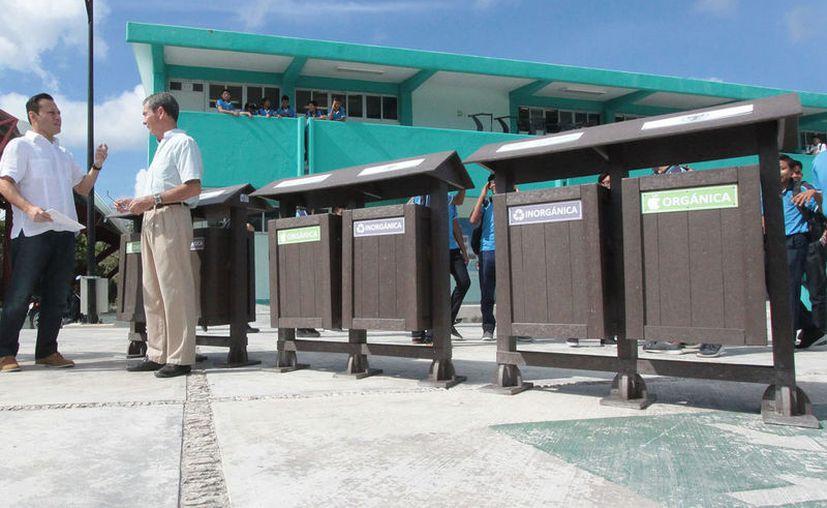 Utilizando los mismos productos que contaminan las playas, cenotes y calles de Cozumel se fabrican estos contenedores que fueron entregados a siete instituciones de diferentes sectores en Cozumel. (Gustavo Villegas/SIPSE)