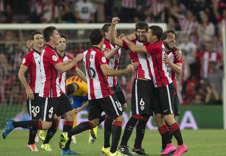 Los errores del Barcelona propiciaron la goleada del Athletic en la ida de la Supercopa de España disputada en San Mamés. En la imagen los jugadores del Bilbao celebran un gol. (AP)