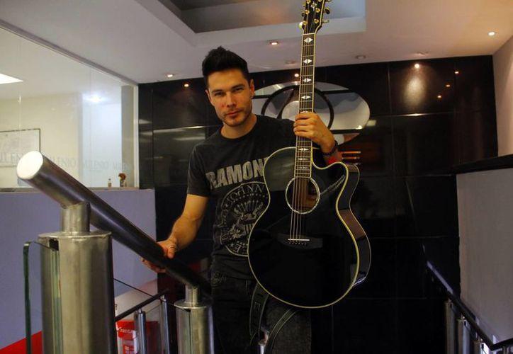 El cantautor Juan Solo visita las instalaciones de MILENIO NOVEDADES. (Juan Albornoz/SIPSE)
