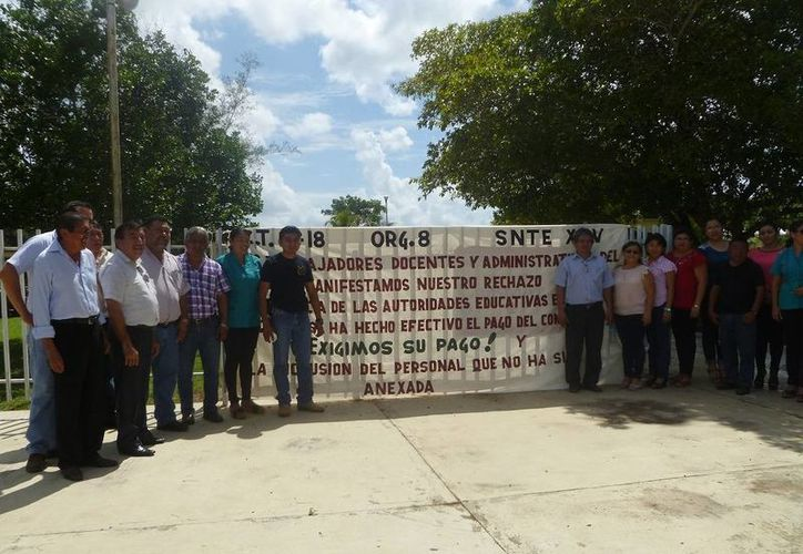 El personal docente y administrativo se manifestó de manera pacífica. (Raúl Balam/SIPSE)