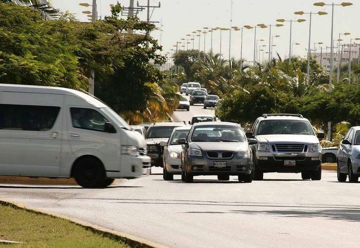 Transportistas turísticos se manifiestan ante el constante acoso del personal de la Sintra. (Cortesía/SIPSE)