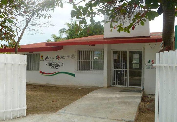 Dan seguimiento al caso de queja en contra de la titular del Centro de Salud. (Raúl Balam/SIPSE)