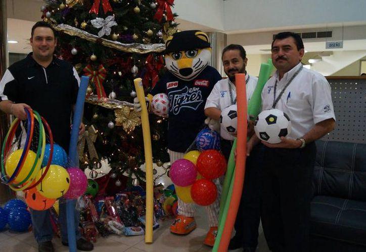 El equipo invita a la población a participar en la campaña de donación de juguetes. (Carlos Caballero/SIPSE)
