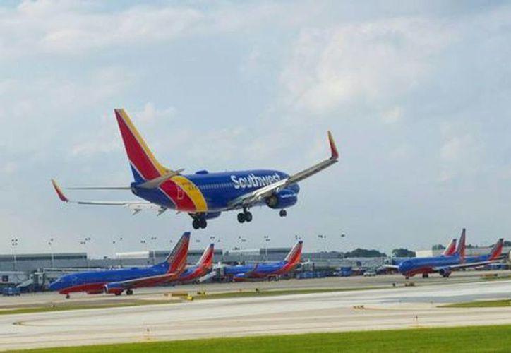 Southwest Airlines pidió a la autoridad poner en la mesa primero los intereses de las compañías estadounidenses y después el de las mexicanas. Imagen de un avión de esta línea aerea al aterrizar en el Aeropuerto Internacional Midway, en Chicago. (AFP)