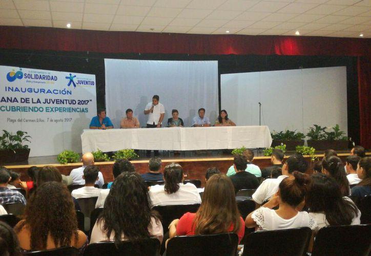 Participaron varios jóvenes en la inauguración de la Semana de la Juventud. (Daniel Pacheco/SIPSE)