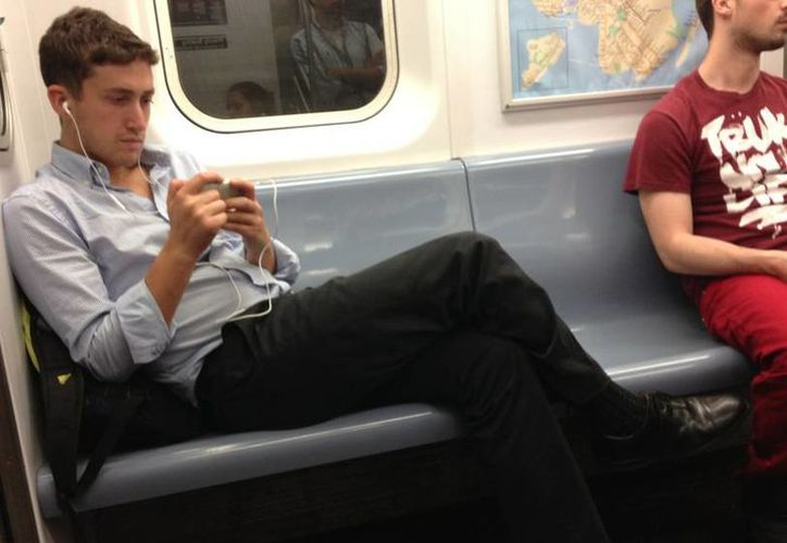 El 'manspreading' de los hombres neoyorkinos comenzó a denunciarse a través de las redes sociales. (mentakingup2muchspaceonthetrain.tumblr.com)