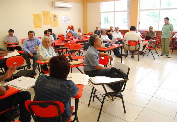 Cada plantel contará con un órgano colegiado que vigilará el cumplimiento de los programas en educación básica y servirá como evaluación del docente. (Tomás Álvarez/SIPSE)