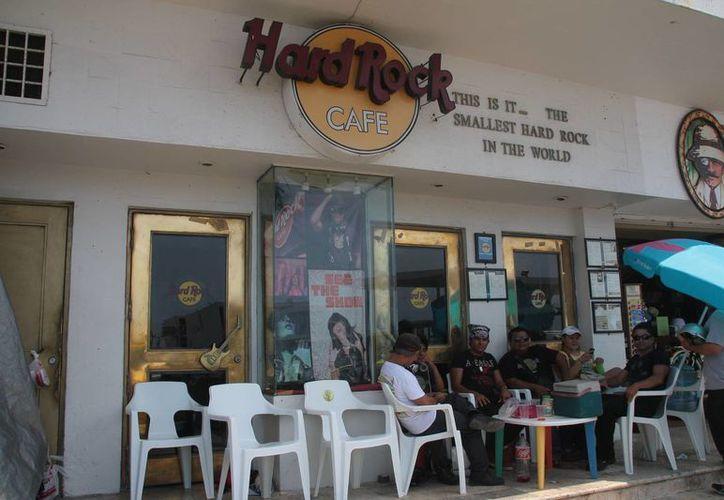 Ex trabajadores de Hard Rock Café mantendrá de manera indeterminada el plantón en el malecón de Cozumel. (Julian Miranda/SIPSE)
