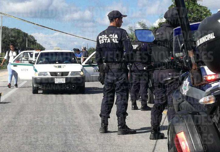 El lugar fue acordonado para registrar a los presuntos delincuentes y asegurar el vehículo. (Sara Cauich/SIPSE)