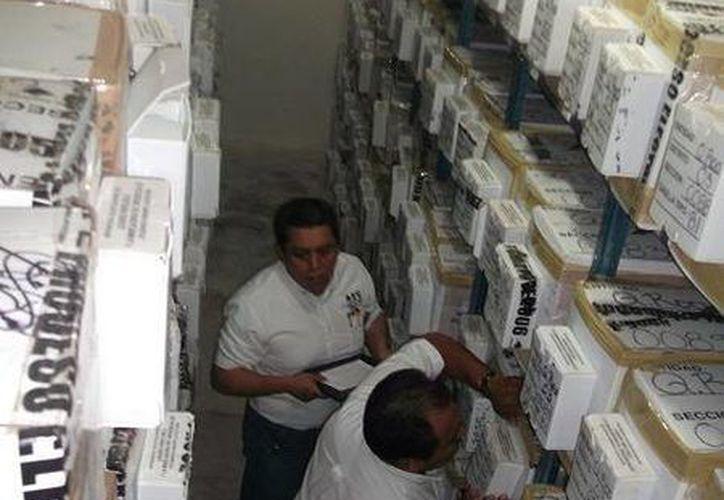 El personal del IFE realizando la revisión de la documentación electoral. (Juan Palma/SIPSE)