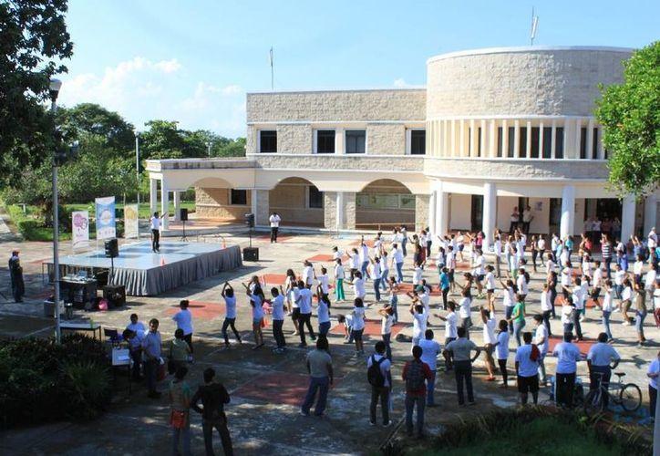 Docentes de la Dirección de Bienestar Estudiantil encabezaron la jornada de activación física. (Cortesía/Uqroo)