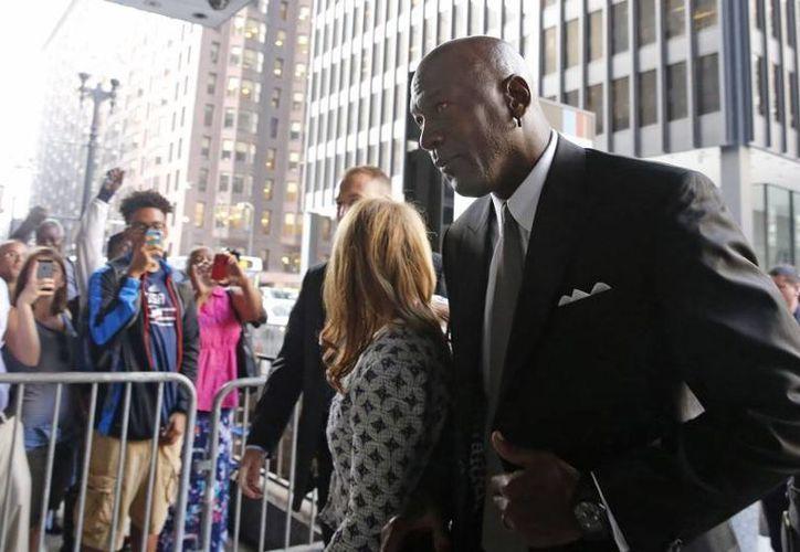 Michael Jordan al llegar a la corte federal en Chicago, el martes pasado. Los abogados del exbasquetbolista pedían diez millones de dolares como indemnización, los cuales no fueron otorgados en su totalidad. (Archivo AP)