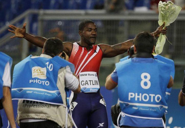Justin Gatlin celebra su triunfo en los 100 metros de la Golden Gala. (AP)