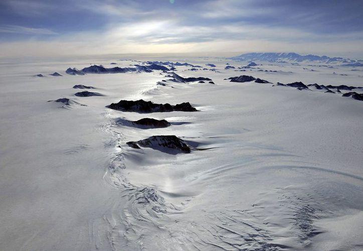 El fondo del lago se mantiene líquido gracias al calor de las rocas. (EFE)