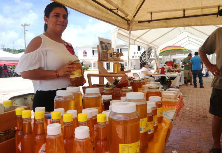 Decenas de personas instalaron stands en la plaza 28 de Julio con productos orgánicos. (Foto: Daniel Pacheco/SIPSE)
