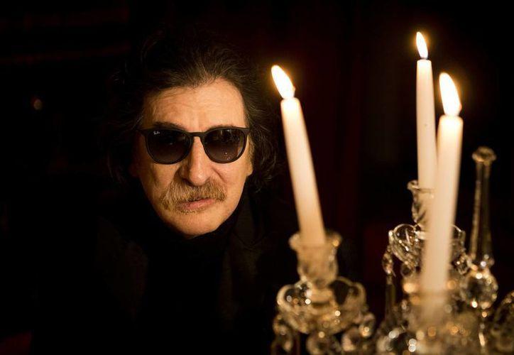 """Al verse posando junto a un candelabro, Charly García preguntó: """"Díganme la verdad... entre estas velas, ¿no parezco Liberace?"""". (Agencias)"""