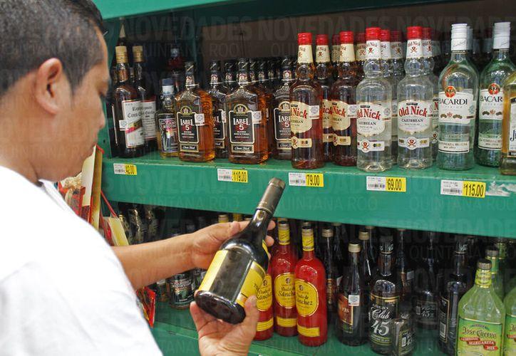 La Procuraduría Federal del Consumidor revisa los sellos de las botellas y los hologramas que traen los envases de licor. (Foto: Jesús Tijerina)