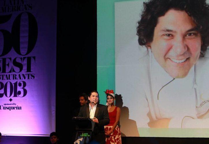 """El chef peruano Gastón Acurio habla durante la premiación del restaurante """"Astrid y Gastón"""" como el mejor restaurante de Latinoamérica por la revista británica Restaurant el año pasado. (EFE/archivo)"""