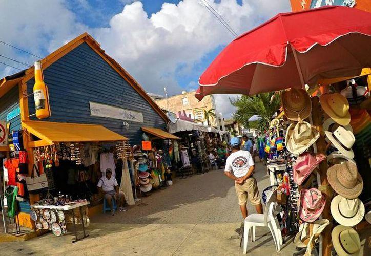 Los prestadores de servicios turísticos de Isla Mujeres ya portan en uniformes con el distintivo de 'Pueblo Mágico'. (Contexto)