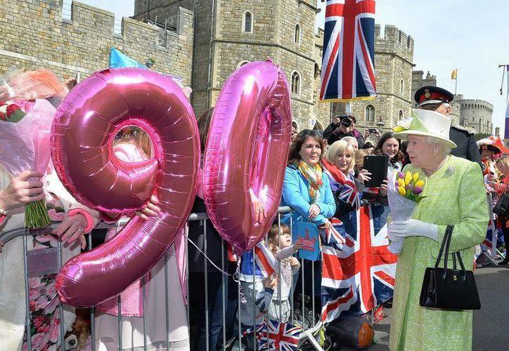 En plenas celebraciones por su 90 cumpleaños de la reina Isabel II, el Palacio de Buckinham busca quien  maneje las cuentas de Facebook y Twitter de la soberana. (AP)